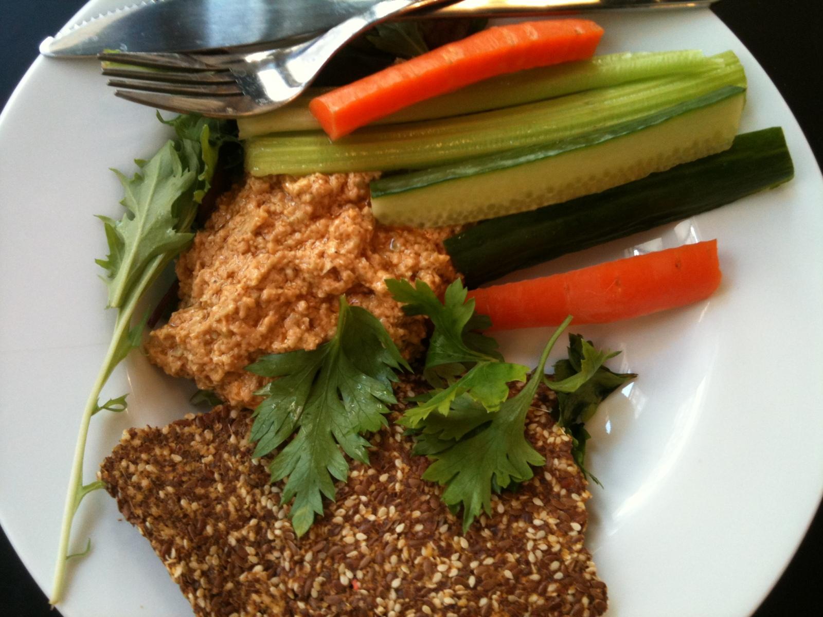 Hummus med raw brød og grøntsager