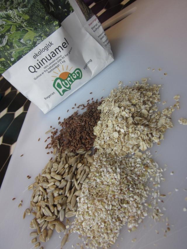 Quinuamel, knækket boghvede, havregryn, hørfrø og solsikkekerner
