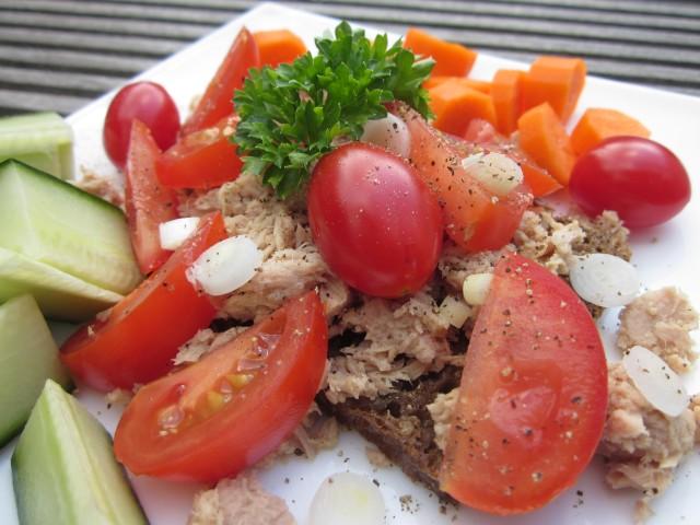 Frokost med tun, forårsløg, tomater, persille, tomat og gulerod